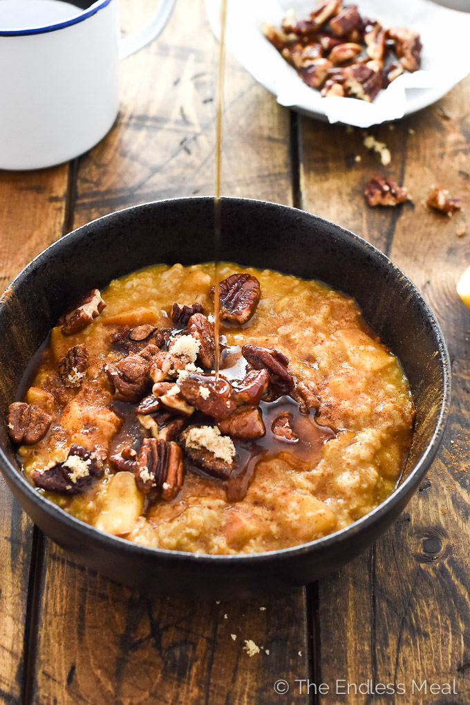??? Apple Pumpkin Oatmeal with Maple Pecan Crumble | this easy to make and healthy breakfast is perfect for chilly autumn mornings | theendlessmeal.com